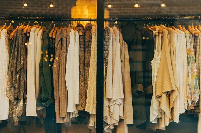 Kläder på klädställning skyltfönster